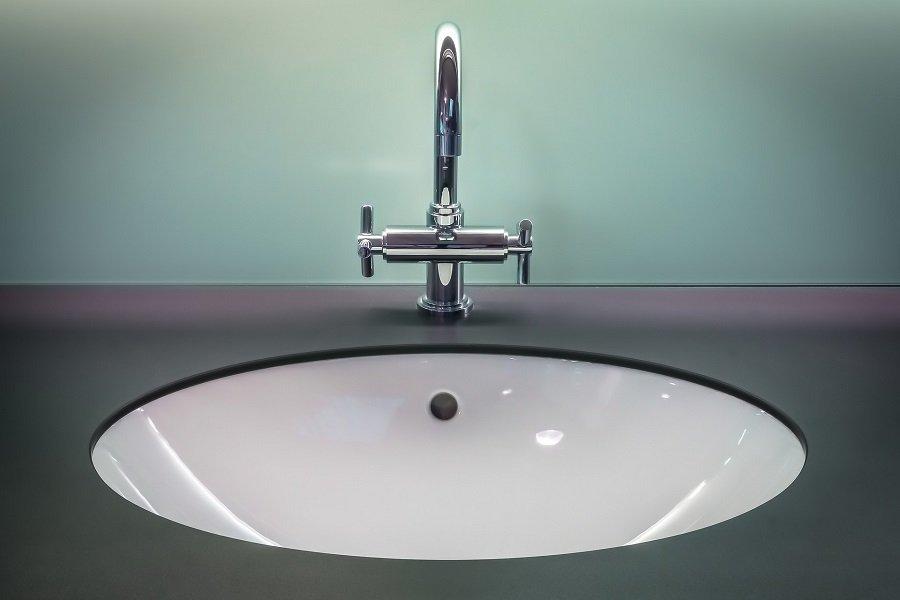 Comment déboucher le lavabo de la salle de bain sans produits chimiques ?